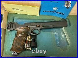 Vintage Smith & Wesson Model 79G. 177 caliber CO2 Air Pistol Box w Accessories